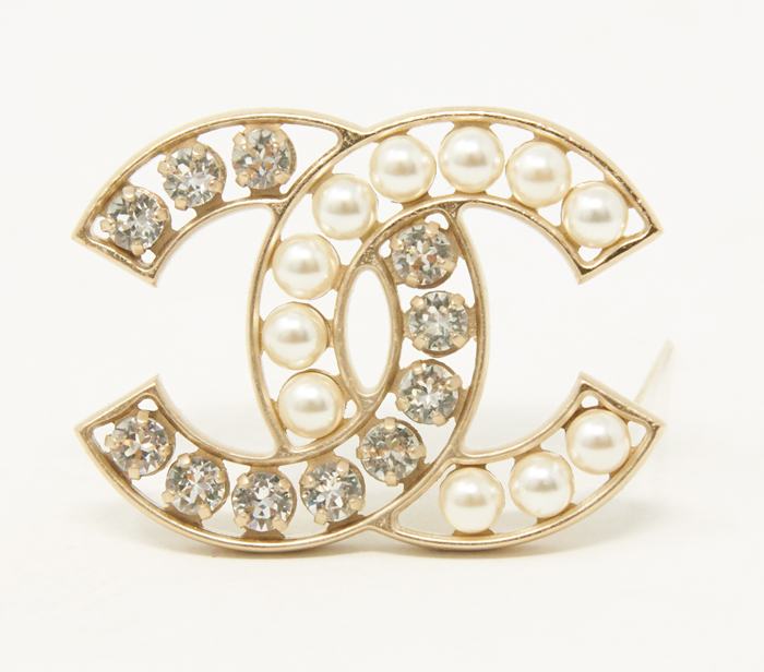 tout à fait stylé performance fiable code de promo Chanel Pearl and Crystal CC Logo Brooch